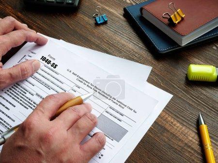 Photo pour Concept d'entreprise concernant le formulaire 1040-SS U.S. Self-Employment Tax Return (y compris le crédit d'impôt supplémentaire pour enfants pour les résidents de bonne foi de Porto Rico) avec inscription sur la feuille de papier - image libre de droit