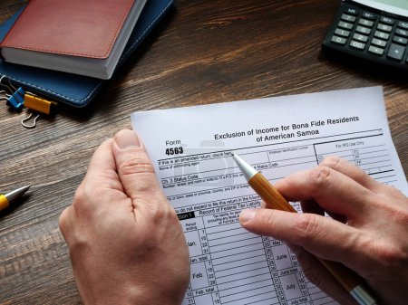 Photo pour Concept d'entreprise concernant le formulaire 4563 Exclusion de revenu pour les résidents de bonne foi des Samoa américaines avec inscription sur la page - image libre de droit