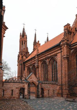 Photo pour Cour arrière de l'église Sainte-Anne et de l'église catholique romaine Saint-François d'Assise (Bernardin). Belle architecture - image libre de droit