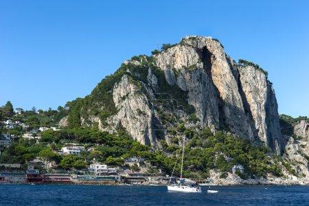 Photo pour Vue panoramique de Marina Piccola, située sur le côté sud de l'île de Capri . - image libre de droit
