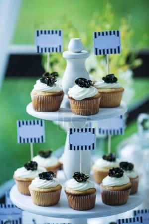 Photo pour Photo cupcake beauté avec de belles assiettes - image libre de droit