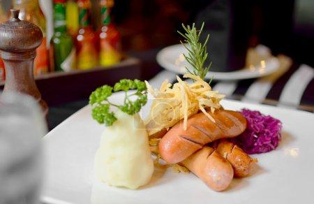 Photo pour Solf et flou foyer allemand toutes les saucisses, avec côté tous les plats avec une autre sauce, être situé sur la table à manger - image libre de droit