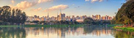 Photo pour Skyline de Sao Paulo depuis le parc Parque Ibirapuera au Brésil - image libre de droit