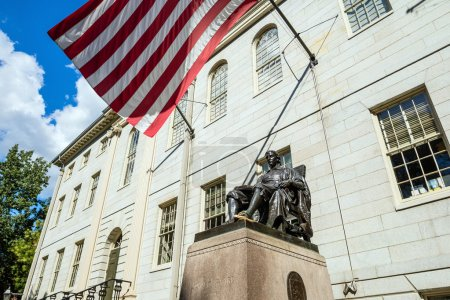 Estatua de John Harvard en la Universidad de Harvard en Cambridge, MA