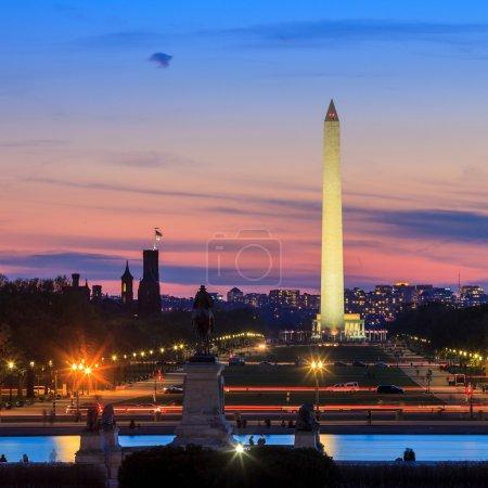 Photo pour Washington DC vue sur la ville à un coucher de soleil orange, y compris Washington Monument du Capitole - image libre de droit