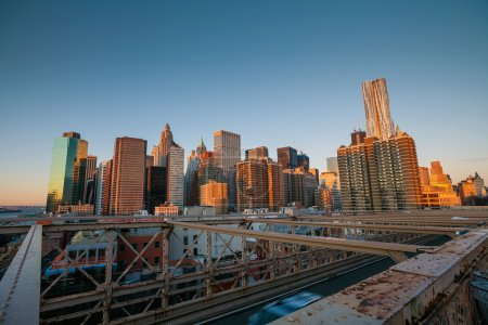 Photo pour Lower Manhattan via Brooklyn Bridge au coucher du soleil, New York - États-Unis - image libre de droit