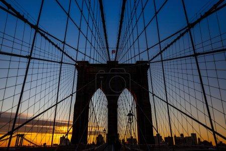 Photo pour Tour de Brooklyn pont New York au coucher du soleil - image libre de droit