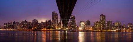 Photo pour Pont Queen et horizon de New York - image libre de droit