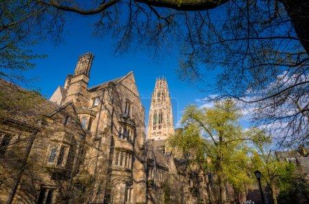 Photo pour Bâtiments universitaires de Yale au printemps ciel bleu à New Haven, CT USA - image libre de droit