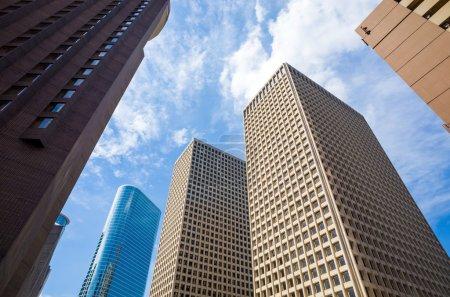 Photo pour Gratte-ciel contre ciel bleu dans le centre de Houston, Texas Etats-Unis - image libre de droit