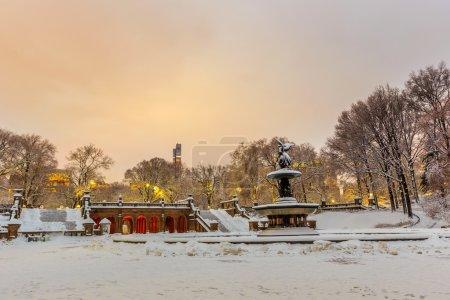 Photo pour Fontaine Bethesda à Central Park New York après la tempête de neige Linus - image libre de droit
