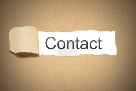 Photo pour Carton de papier d'emballage brun déchiré pour révéler l'espace blanc contact - image libre de droit