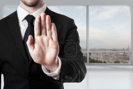 Photo pour Homme d'affaires dans le geste d'arrêt de main de salle de bureau - image libre de droit