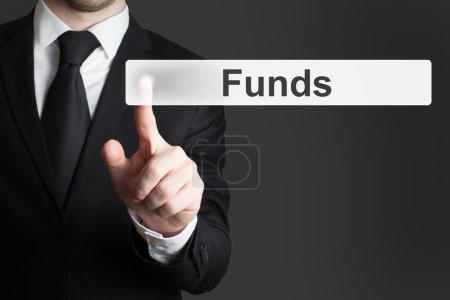 Photo pour Homme d'affaires au bureau en poussant les fonds bouton tactile - image libre de droit
