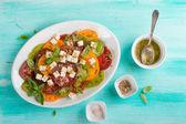 Salát s barevné rajčata se sýrem