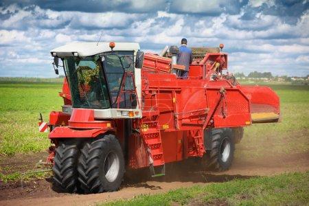 Photo pour Machines agricoles modernes pour la plantation et la récolte de légumes - image libre de droit