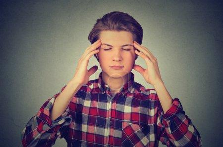Foto de Hombre pensando intensamente concentrado aislado sobre fondo de pared gris - Imagen libre de derechos
