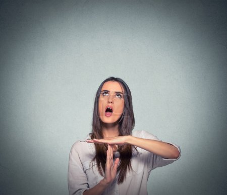 Photo pour Jeune femme montrant expirer geste de la main, criant frustré d'arrêter isolé sur fond gris. Émotions humaines face à la réaction d'expression - image libre de droit