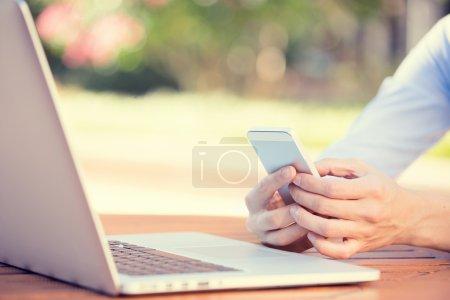 Photo pour Gros plan femme image mains tenant, en utilisant intelligent, téléphone mobile et ordinateur isolé en dehors de l'arrière-plan de la ville. Technologie de nouvelle génération, concept de dépendance des gens. Service à la clientèle relation fournisseur - image libre de droit