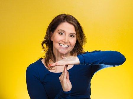 Photo pour Portrait rapproché, jeune, heureuse, souriante femme montrant le temps geste avec les mains, fond jaune isolé. Émotions humaines positives, expressions faciales, sentiments, langage corporel, réaction, attitude - image libre de droit