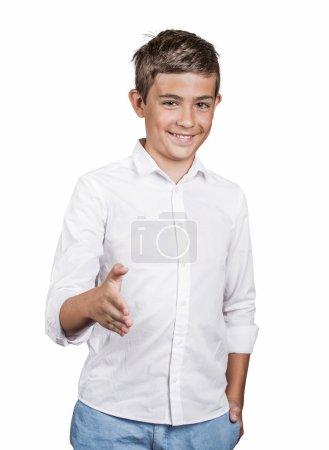 Photo pour Beau jeune homme souriant, donnant le bras qui se prolongent pour la poignée de main à la caméra de geste isolé fond blanc. les émotions humaines positives, expressions faciales, sentiments, langage du corps. permet de faire des amis - image libre de droit