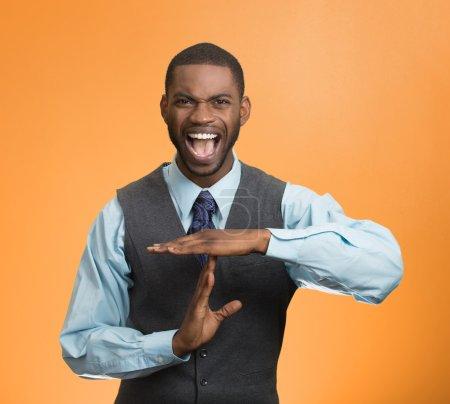 Photo pour Portrait jeune homme d'affaires en colère montrant le temps geste avec les mains, criant pour arrêter fond orange isolé. Émotions humaines négatives, expressions faciales, signes, symboles, langage corporel, attitude - image libre de droit