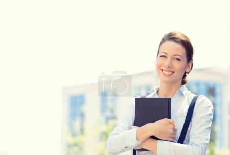 Photo pour Closeup portrait, jeune professionnelle, belle femme confiante en chemise bleue, souriant des arbres isolés en plein air, fond de la ville. les émotions humaines positives, expressions faciales, perception de la vie - image libre de droit