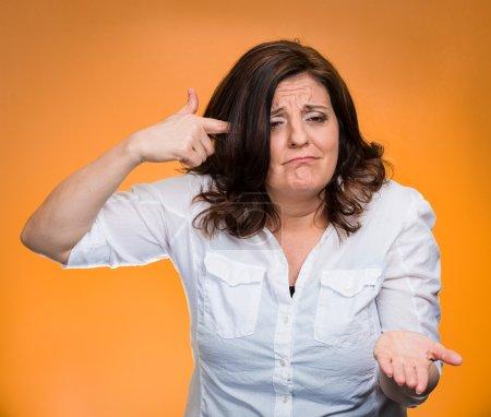 Photo pour Closeup portrait en colère folle moyen femme âgée gesticulant avec son doigt contre temple demandant tu es fou ? fond jaune isolé. expression faciale de négatif émotions humaines sentiment langage du corps - image libre de droit