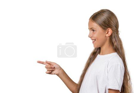 Photo pour Portrait de profil vue du côté closeup, doigt pointé de fille adolescente surpris par quelque chose, quelqu'un isolé fond blanc avec espace de copie. réaction de sentiment expression faciale des émotions humaines positives - image libre de droit