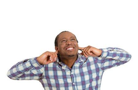 Photo pour Gros plan portrait jeune fou furieux malheureux stressé homme couvrant ses oreilles levant les yeux, pour dire cesser de faire du bruit fort, il me donne mal de tête isolé sur fond blanc. Émotion négative, expression du visage - image libre de droit