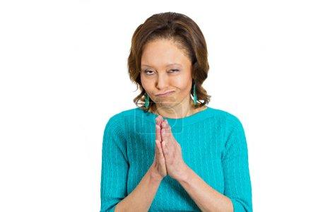 Photo pour Gros plan portrait sournois, maléfique, sournois, complotant femme mûre âgée essayant de comploter, planifier quelque chose, visser, blesser quelqu'un, fond blanc isolé. Émotions humaines négatives, expressions faciales, sentiments - image libre de droit