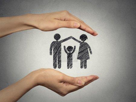 kobieta w ręce ochrona szczęśliwą rodzinę