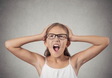 Photo pour Closeup portrait a souligné, fille adolescente accablé avec des lunettes mains sur la tête crier va fond fou mur gris isolé. négatives émotions humaines, expressions faciales, réaction, sentiments - image libre de droit