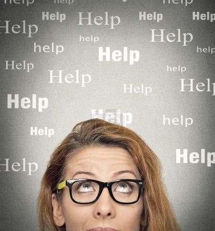 Photo pour La femme a besoin d'aide. Headshot jeune femme avec des lunettes regardant vers le haut pensant isolé fond de mur gris. Expressions du visage humain, émotions - image libre de droit