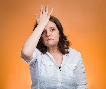 Photo pour Closeup portrait confondu jeune femme posant la main sur la tête, palm sur le geste du visage en duh instant isolé fond orange. émotion négative expression faciale sentiment langage du corps, perception de la vie - image libre de droit