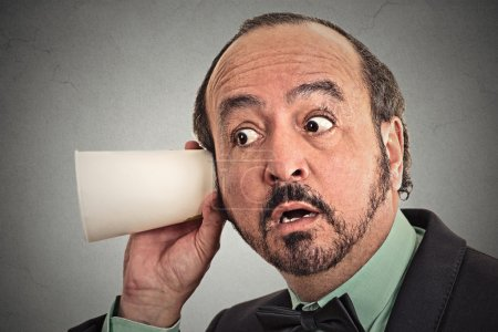 Photo pour Curieux, homme d'affaires écoute de conversation. Expression du visage, réaction, émotion. Concept de la vie privée - image libre de droit