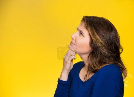 Photo pour Portrait de profil de côté beau femme heureux pensant recherchant le fond jaune d'isolement avec l'espace de copie. Expressions du visage humain, émotions, sentiments, langage corporel, perception - image libre de droit