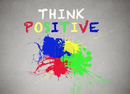 Foto de Verde, azul, rojo, amarillo salpicadura de pintura aislado fondo de pared gris, pancarta de pizarra con salpicaduras de colores pensar palabras de escritura positiva en él. Concepto de vida positiva . - Imagen libre de derechos