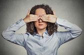 Frau Deckung Augen mit den Händen kann nicht verstecken vermeiden Lage ansehen