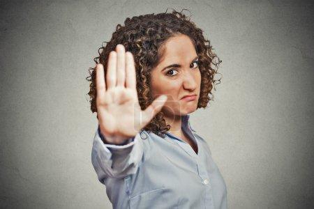 Photo pour Closeup portrait jeune agacé en colère femme avec mauvaise attitude donnant parler à part geste du fond vers l'extérieur isolé mur gris palm. L'émotion humaine négative visage expression sensation gestuelle - image libre de droit