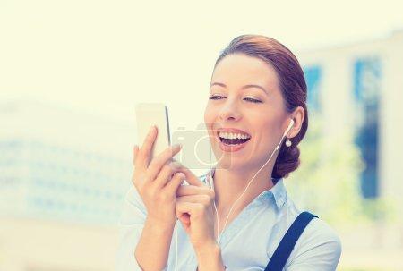 Photo pour Verticale de plan rapproché fille gaie heureuse excitée par ce qu'elle voit sur le bureau d'entreprise d'origine d'isolement de téléphone portable. Réaction d'expression de visage. Femme d'affaires envoyant le message texte du smartphone mobile - image libre de droit