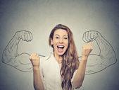šťastný, že žena raduje čerpací pěsti extatické slaví úspěch