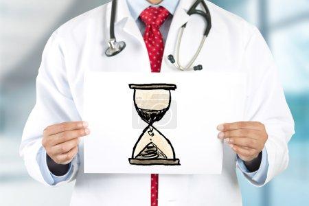 Docteur mains tenue signe avec horloge de san