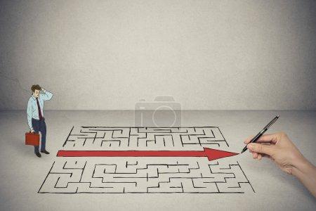 Photo pour Homme d'affaires regardant la solution de dessin à la main pour labyrinthe - image libre de droit