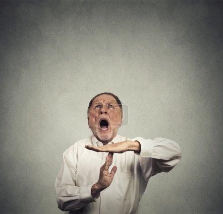 Photo pour Patron de vieillard montrant le geste de la main expirer, frustré crier d'arrêter en levant isolé sur fond de mur gris. trop de choses à faire. émotions humaines face à la réaction d'expression - image libre de droit