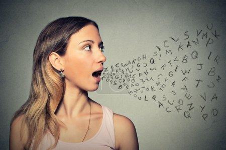Femme parlant avec lettres de l'alphabet qui sortent de sa bouche
