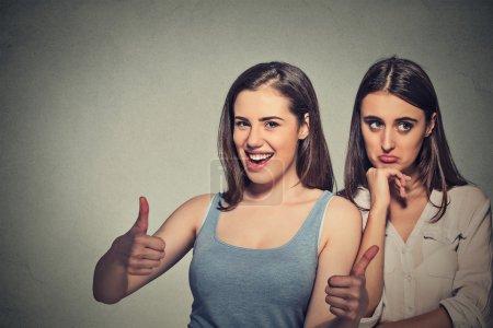Photo pour Deux femmes dame optimiste ayant solution et ennuyé, ennuyé femme triste sur fond de mur gris. Émotion humaine expression du visage sentiment, approche de la vie. Concept de trouble bipolaire - image libre de droit