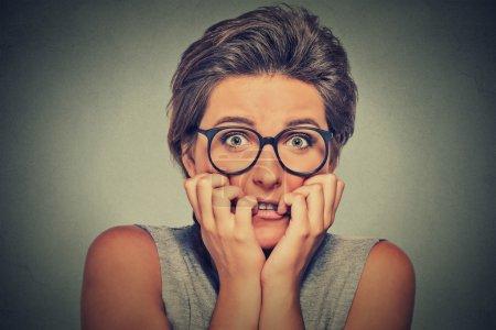 nerviosa estresada mujer joven ansiosa con gafas chica mordiendo las uñas
