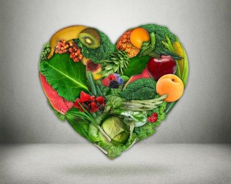 Photo pour Choix d'une alimentation saine et concept de santé cardiaque. Légumes et fruits verts en forme de cœur Prévention des maladies cardiaques et alimentation. Soins de santé médicaux et régime alimentaire - image libre de droit