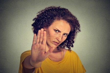Photo pour Gros plan portrait jeune femme en colère agacée avec une mauvaise attitude donnant parler à geste de la main avec la paume vers l'extérieur isolé fond de mur gris. Émotion humaine négative expression du visage sentiment langage corporel - image libre de droit